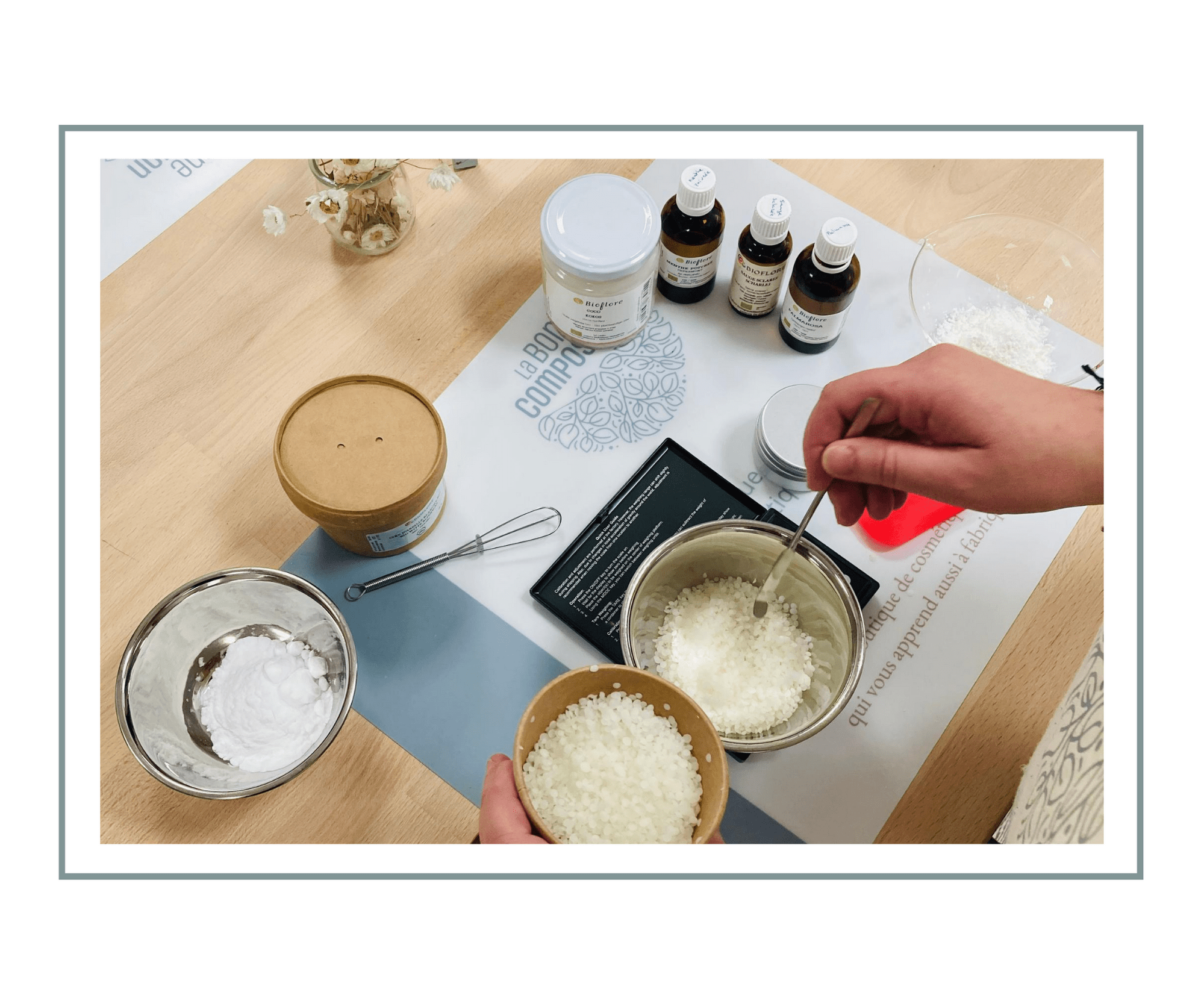 La photo montre les bols, fouets et ingrédients utilisés pendant l'atelier